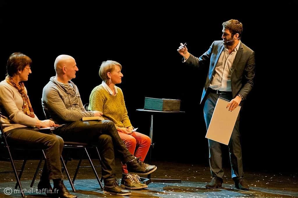 Mathieu fait un numéro de transmission de pensée avec trois spectateurs